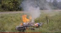 空地のすみに倒れたバイク
